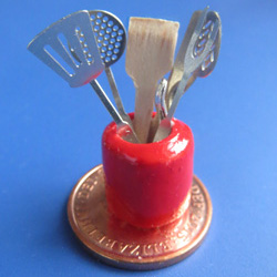7 Kitchen Utensils in a Red Jar